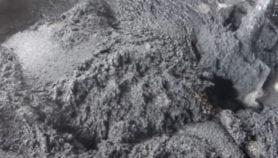 Au Cameroun, des jeunes déshérités fabriquent des pavés à partir de déchets