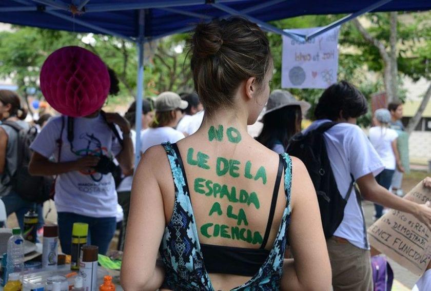 Entre pancartas, dibujos y explicaciones de investigaciones científicas, los asistentes manifestaron con creatividad poderosos mensajes de apoyo a la ciencia.