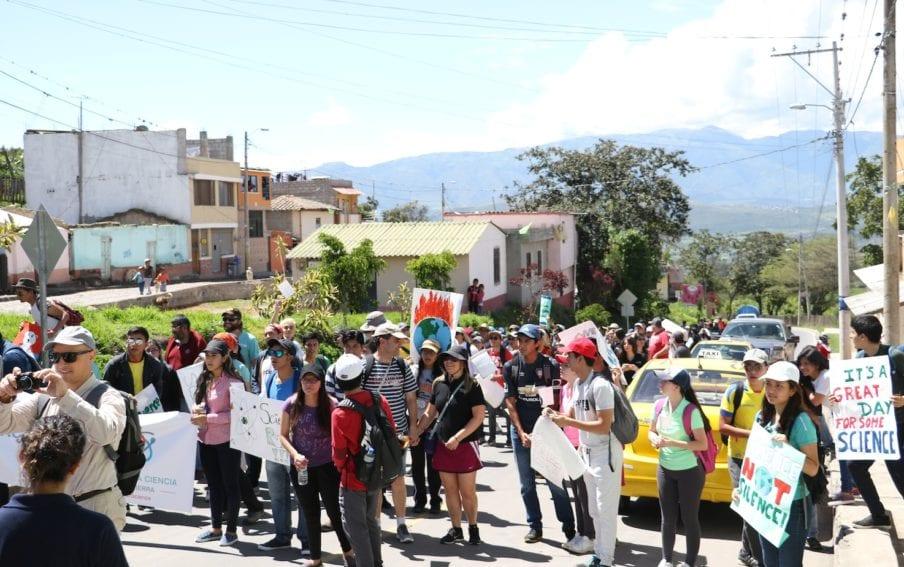 A impulsos de la universidad pública, la ciudad de Urcuquí, en Ecuador, se realizó la única marcha de la región en apoyo a la política científica del gobierno nacional.