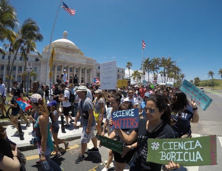 Unas 700 personas marcharon en San Juan de Puerto Rico, pasaron frente al Capitolio y, como muchas jurisdicciones de EEUU, mostraron su descontento por los recortes de presupuesto para las agencias federales que apoyan a la ciencia.