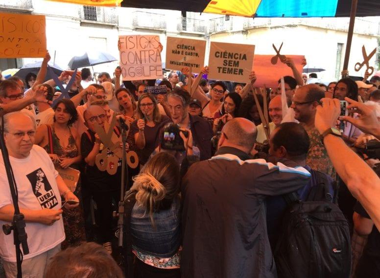 """En Río de Janeiro, los científicos organizaron una """"orquesta de tijeras"""", para protestar por los recortes del gobierno en el presupuesto de CyT."""
