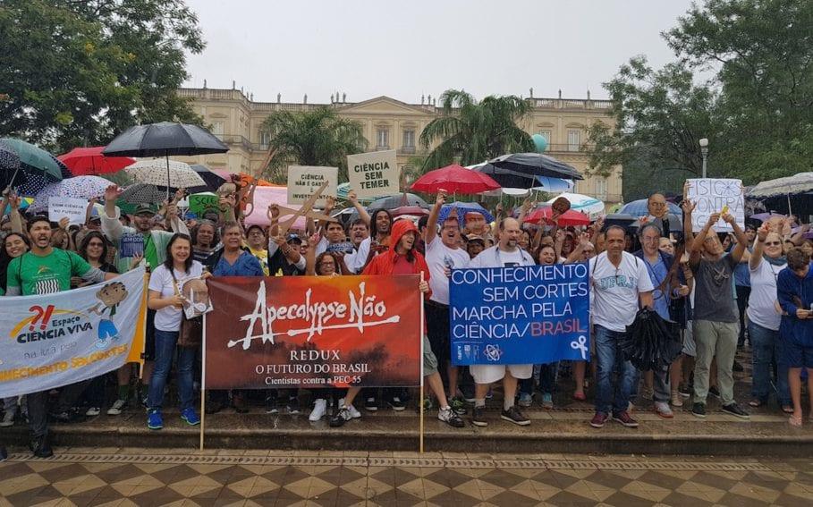 Pese a la lluvia, un centenar de personas se sumaron a una protesta en el Museo Nacional de Historia Natural de Río de Janeiro.