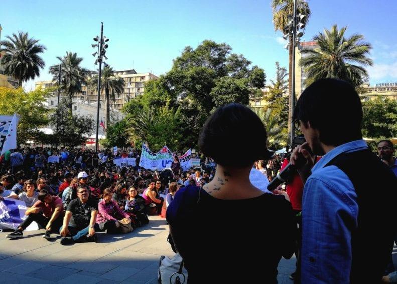 """""""¡Lo que el pueblo está pidiendo es más ciencia, más progreso. Porque el pueblo está cansado, de la ausencia del Estado!"""", fueron algunas consignas escuchadas en Santiago de Chile."""