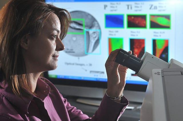 mujer microscopio cancer argone