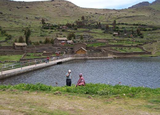 La Asociación Quechua-Aymara para Comunidades Sustentables (ANDES), reunió a las seis comunidades en un proyecto común de conservación, basado en el manejo integral del paisaje, para asegurar que sus recursos y conocimientos tradicionales beneficien a todos sus habitantes.