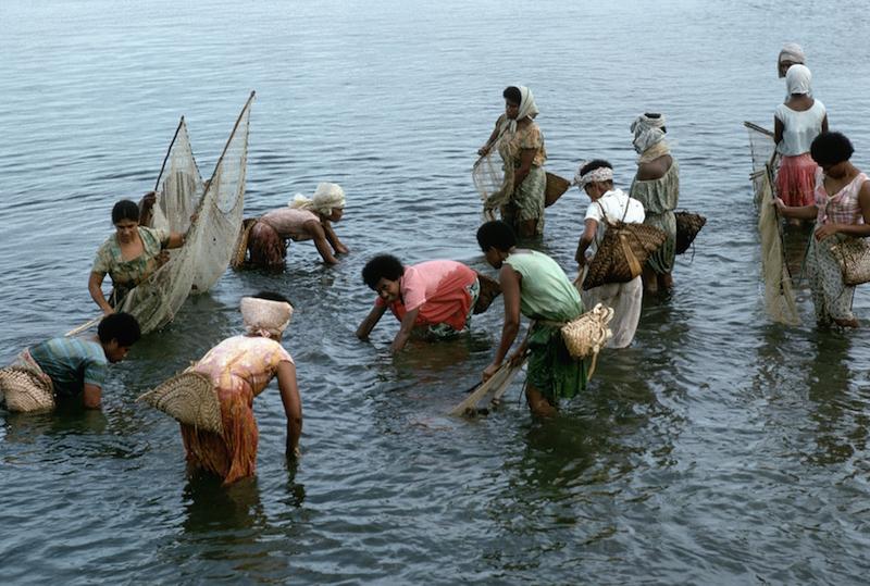 women_fishing_in_fiji_Jack_Fields