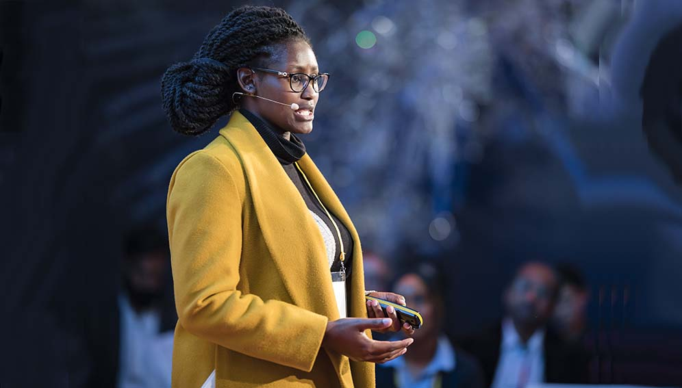 Stephanie Okeyo, a Kenyan microbiologist, giving a flash talk
