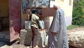 قرويون مصريون ينقون مياه شربهم